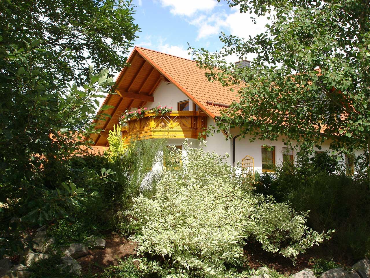 Ferienwohnung Freudensprung - Außenansicht vom Haus mit Balkon - Ansicht 2