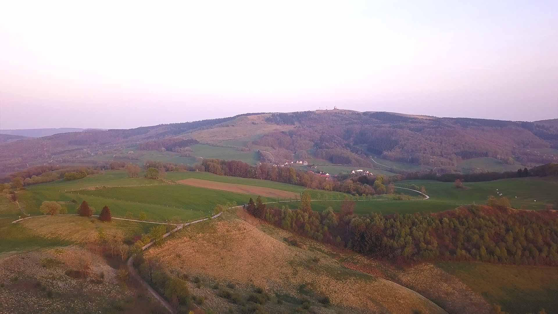 Rhön - Aussicht auf Wasserkuppe und Landschaft mit der Drohne